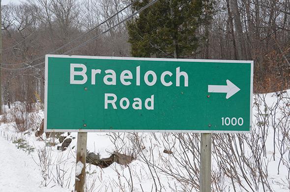 Braeloch road sign in winter