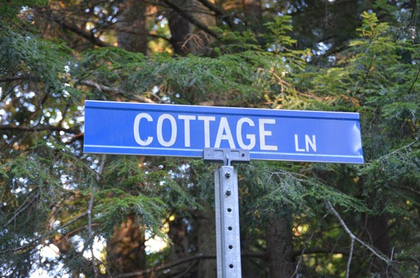 Cottage lane signpost